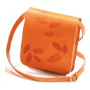 オフィシナリブリスの本革製ショルダーバッグです。鮮やかなオレンジに本物の葉っぱを型押しした自然系デザインです。本革製ショルダーバッグ【Impresso】