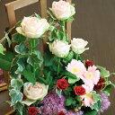 ピンクのバラが主役!高さのあるトレリスを使ったフラワーアレン...