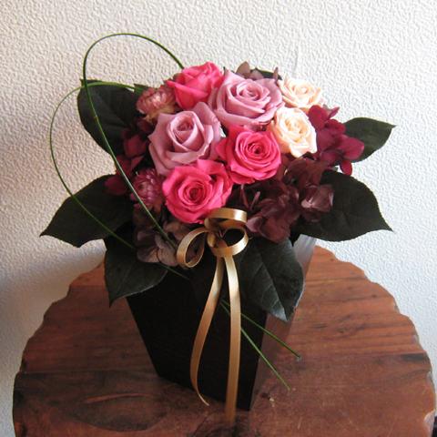 【】アレンジ「彩り(ピンク)」/プリザーブドフラワー/【_包装】【_メッセ】【_メッセ入力】 シックな花器に、彩り豊かなピンク系のバラをアレンジ!