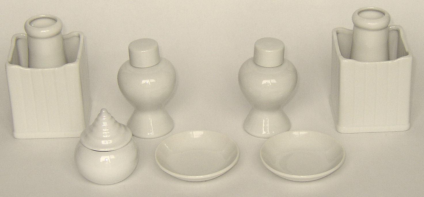 神具 7点セット 陶器製 白(小)デラックス小型〜中型の神棚・祖霊舎 御霊舎におすすめの神具セット 水玉・角花(榊立)・瓶子・白皿が揃います