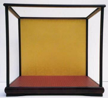 後開け式で人形の出し入れ簡単! 木製人形ケース 幅×横幅=50×30cm 高さ43・45cm バックの色 ワイン色・金色【送料は別途で発生します】送料はお問い合わせ下さい。