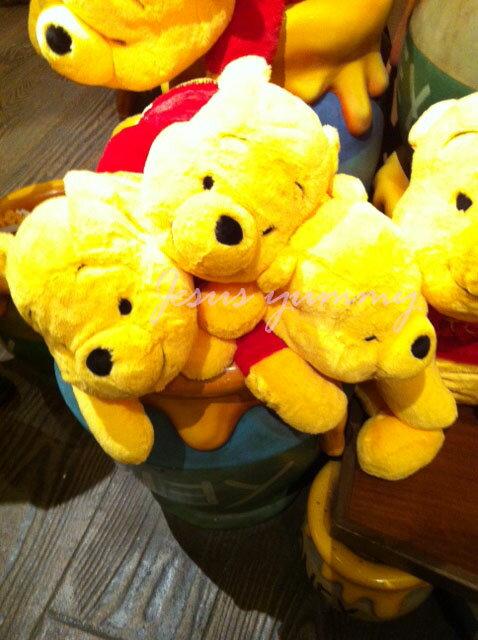 【東京ディズニーリゾート限定】くまのプーさん(Pooh)ぬいぐるみM抱き