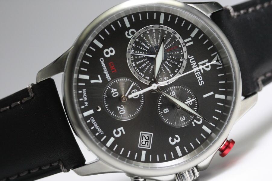 ドイツ製JUNKERS【ユンカース】Worldtimerワールドタイマー・GMTクロノグラフ腕時計/正規品 グレーダイアルと赤いプッシャーが特徴的!