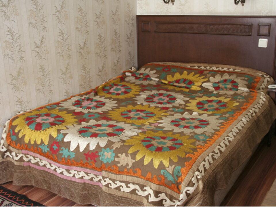 オールドスザンニ・ウズベキスタンの刺繍布260×196cm1975年・明るいブラウンに白と黄色の大輪