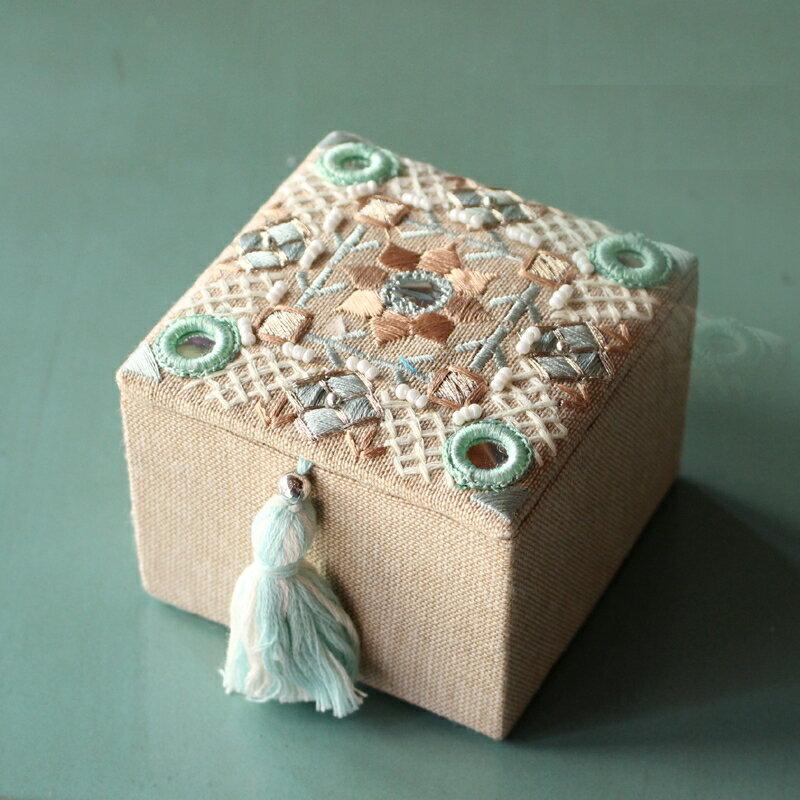 ビーズ&ミラー刺繍・タッセル付き手作りアクセサリーボックス・小箱・小物入れ/正方形 /ふた付き