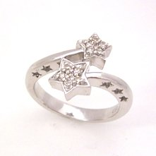 【今だけスペシャルプライス!!】【ダイヤモンド×ホワイトゴールドリング・コディモ】パウ゛ェダイヤでかたちづくった双子の星を、指先にくるりと巻きつけた存在感のあるリングです☆ 誕生日プレゼント 華奢 シンプル ジュエリー クリス