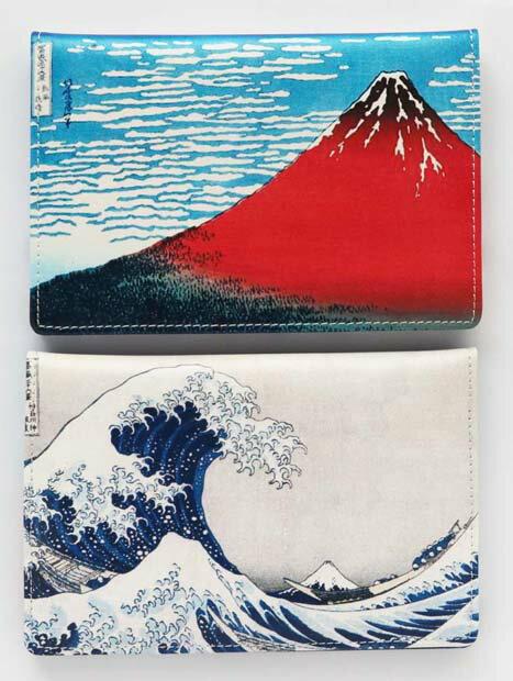 【すぐに使える10%OFFクーポン】北斎の富嶽二景 パスポート入れ!富嶽三十六景の中でも最も有名な「凱風快晴」と「神奈川沖浪裏」!世界的に有名な北斎の二景を両側に描いたパスポート入れ!