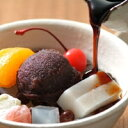 伊豆七島産の天草を使った磯の香りたっぷりの寒天に甘さの丁度良い小豆餡を添えて秘伝の黒蜜をたっぷりと。船橋屋特製くず餅入あんみつ