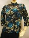 ショッピングカラオケ コーラス衣装 コーラス ブラウス 衣装 MからLサイズ対応 練習着 ハイネックプリント花柄トップス。衿元と袖の外側のシースルーがおしゃれ 大きいサイズLサイズの大きさ ブルー花Lサイズ