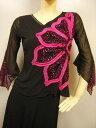 ショッピングカラオケ 社交ダンス トップス コーラス 衣装 ブラウス 身頃、左反面花パッチワークデザインしたダンストップス。シースルー地袖、袖の先端は水玉シースルー。黒、ピンク