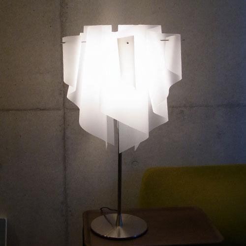 透明感のあるオーロラをイメージしたデザイン【DI CLASSE(ディ クラッセ)】 Auro table lamp グッドデザイン賞 シェードのドレープ テーブルランプ ライト 卓上 照明 ★アウロテーブルランプ【02P03Dec16】