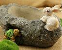 フラワーポット 大きな石のまわりで遊ぶ ウサギと カメ