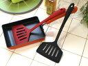 しなやかで熱に強いシリコンボディのターナー。 卵焼き作りなど、食材を引っくり返すのが便利な幅広タイプ♪