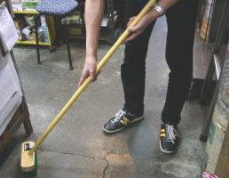木柄のデッキブラシ気になる汚れをゴシゴシ!