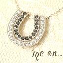 me on... 送料無料黒と白のダイヤを馬蹄型に折り重ね
