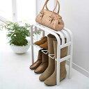 靴の着脱に、荷物の置き場所にもなるシューズラック
