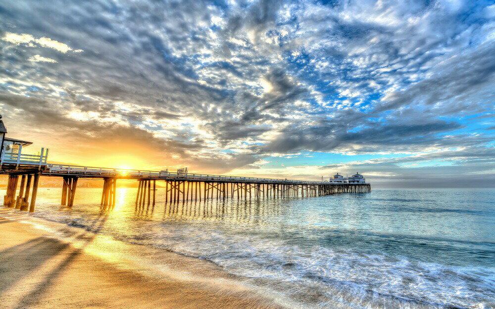 【売れ筋】絵画風 壁紙ポスター (はがせるシール式) 夕陽の桟橋と波 幻想的な雲 ビーチ カリブ海 癒し キャラクロ SWAV-003W2 (ワイド版 603mm×376mm) 建築用壁紙+耐候性塗料 インテリア