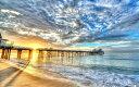 絵画風 壁紙ポスター (はがせるシール式) 夕陽の桟橋と波 幻想的な雲 ビーチ カリブ海 癒し キャラクロ SWAV-003W2 (ワイド版 603mm..