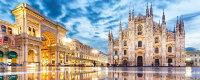 絵画風 壁紙ポスター (はがせるシール式) ミラノのドゥオーモ ミラノ大聖堂 ドゥオーモ広場 イタリア 世界最大級のゴシック建築 パノラマ キャラクロ MLNO-001P1 (パノラマ版 1440mm×576mm) 建築用壁紙+耐候性塗料 インテリア