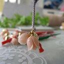 ピンクサンゴ薔薇の蕾(2個)と赤サンゴ枝のお守り根付け開運/厄除け/和小物