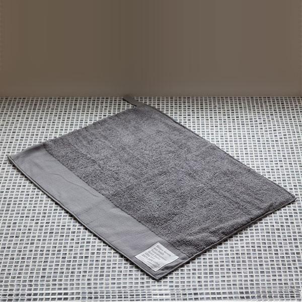 大阪泉州産の大きなヘムのデザインが特徴の吸水・速乾性に優れた、肌に優しい安心安全なオリジナル・バスマット