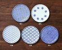 どの家庭にもたくさん重ねてあるような、そんな小皿を小紋柄の印判染付けで作りました。東屋 (あづまや) 印判小皿