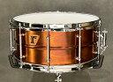 riddim Custom Drums 過去〜現在に至るこれまでに世界中のメーカーで数え切れないほどのドラムが製作されてきました。銘器と呼ばれるモデルも数ある中、自分のイメージにピッタリのドラムにどれだけのドラマーが出会えたでしょう? 「riddim」は、音のイメージを具現化すべくスペックを絞り込み、確かな技術でスネアドラム及びドラムキットを製作するドラム工房です。 シンプルに…ナチュラルに…シェルマテリアルの特色を最大限に活かせるよう…工業製品ではなく「楽器」であるように…。そして、あなたのベスト・チョイスの一台になれるように…それが riddim の願いです。 <#18. Bronze Plated Brass / 14×6.5> やや薄め 1mm のブラスシェルにブロンズメッキを施し、ランダムに変色させた一点モノのフィニッシュ。 ふくよかで柔らかい特性のシェルに 2.3mm / 10 穴のトリプルフランジフープで引き締めつつ、20 本スナッピーで華やかな響きを得ています。 また、操作性に優れた INDe 社製ストレイナーを採用しました。 <スペック> シェル:Brass (1mm) ベアリングエッジ:Top/Bottom each 45° フープ:2.3mm Steel Triple Flange 10-hole ラグ:Tube Type (Brass) ストレイナー:INDe スナッピー:PURESOUND B1420 (20strand wire) ヘッド:REMO Coated Ambassador / Snare Side Made in Japan 付属品:ソフトケース、ロゴ入り巾着袋 ※店頭にて展示、試打を解禁しております為、細かい傷や汚れ、打痕等が発生する場合がございます。予めご了承くださいませ。 【商品取扱い店舗】 ・ドラムステーション渋谷 (03-6433-7993)