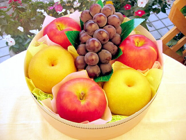 ASSORTMENT of apples and pears and grapes (about 2 km)