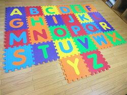 遊びながらアルファベットが覚えれるマットA〜Z26枚入りすべての文字がくりぬけて、手先、指先の運動にもなりますEVA樹脂水洗いOK!英語子どもキッズマット子ども部屋のラグ体操マットとしてもOK