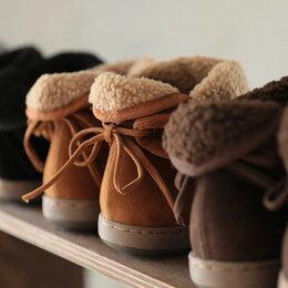 ブーツS/M/L/LLサイズ後ろに結んだリボンでさりげなく甘い足もとに。はきぐちボアスウェード調ショートブーツレディース/シューズ/靴/ローヒール/フェイクスエード/ぺたんこ/フラット/2WAYsoulberryオリジナル