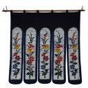 どこか懐かしさすら感じられる「お花のスズラン」をモチーフとしたのれんです。紺地に多色の色を使い、ベーシックで上品な色彩に仕上げました。タッサー生地を使用しているため、涼やかな印象も。 生産国:日本 素材 …