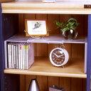 幅を調節でき、収納棚のスペースを有効活用できます。リビング、子供部屋、書斎の小物、雑貨の整理に。棚下にCDが収まります。明るいグレー色(灰色)。日本製えつこのスライドフリーラック〈プレート付〉<グレー>