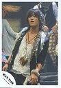 【中古】生写真(男性)/アイドル/KAT-TUN KAT-TUN/赤西仁/膝上衣装黒・衣装に羽・背景に人/公式生写真【10P06may13】【fs2gm】【画】