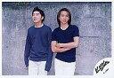 【中古】生写真(ジャニーズ)/アイドル/KinKi Kids KinKi Kids/堂本光一 堂本剛/横型/膝上/光一腕組み 背景コンクリート/公式生写真