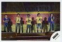 【エントリーでポイント10倍!(9月26日01:59まで!)】【中古】生写真(ジャニーズ)/アイドル/嵐 嵐/5人/横型・ステージ・全身・Tシャツ紫、黄色/公式生写真