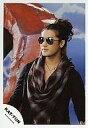 【中古】生写真(男性)/アイドル/KAT-TUN KAT-TUN/赤西仁/上半身・黒シャツ・赤とグレーチェック柄スカーフ・サングラス・背景青・体左向き・後ろに赤いオフジェ/公式生写真【10P06may13】【fs2gm】【画】