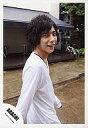 【中古】生写真(ジャニーズ)/アイドル/嵐 嵐/二宮和也/上半身・長袖白シャツ・歩き/公式生写真