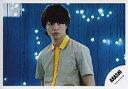 【中古】生写真(ジャニーズ)/アイドル/嵐 嵐/櫻井翔/横型・バストアップ・衣装薄茶黄オレンジ・背景青・電飾白/公式生写真