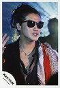 【中古】生写真(男性)/アイドル/KAT-TUN KAT-TUN/赤西仁/ライブフォト・バストアップ・ジャケット黒・肩に赤色と金色の混色布・ネクタイ・サングラス・右手パー・後ろに人/公式生写真【10P06may13】【fs2gm】【画】