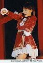 樂天商城 - 【中古】生写真(ハロプロ)/アイドル/モーニング娘。 モーニング娘。/安倍なつみ/膝上・衣装赤・左手腰マイク・ライブフォト/公式生写真