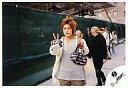 【中古】生写真(男性)/アイドル/KAT-TUN KAT-TUN/赤西仁/膝上・衣装白グレー・両手ピース・背景緑幕・後ろに人/公式生写真【10P06may13】【fs2gm】【画】