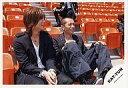 【中古】生写真(男性)/アイドル/KAT-TUN KAT-TUN/赤西仁・田中聖/横型・衣装垢・座り・観客席・目線右・椅子赤・笑顔/公式生写真【10P24Jun13】【画】
