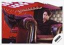 【中古】生写真(ジャニーズ)/アイドル/嵐 嵐/櫻井翔/全身・衣装黒・ソファ座り・足組み・左向き・背景赤・横型/公式生写真【タイムセール】