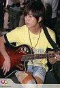 【中古】生写真(ジャニーズ)/アイドル/NEWS NEWS/山下智久/膝上・座り・シャツ黄色・ギター・目線左「Johnny's web」/公式生写真【02P03Dec16】【画】