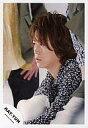 【中古】生写真(男性)/アイドル/KAT-TUN KAT-TUN/亀梨和也/バストアップ・衣装黒・花柄・体左向き・後ろに人/公式生写真【10P06may13】【fs2gm】【画】