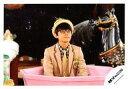 【中古】生写真(ジャニーズ)/アイドル/関ジャニ∞ 関ジャニ∞/渋谷すばる/横型・上半身・ジャケットベージュ・シャツチェック・ネクタイ金・帽子・眼鏡・目線右・後ろに馬の像/公式生写真【タイムセール】