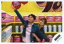 【エントリーでポイント10倍!(7月11日01:59まで!)】【中古】生写真(ジャニーズ)/アイドル/嵐 嵐/大野智・松本潤/横型・上半身・大野衣装緑・右手上げ・松本大野抱え・後ろにポップコーン・「ARASHI LIVE TOUR Popcorn」/公式生写真