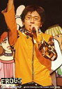 【中古】生写真(男性)/俳優 柳澤貴彦(テル)/ライブフォト 腰上 衣装黄色 左手マイク 右手上 眼鏡 背景人のイラスト/『FROGS on Screen』/公式生写真
