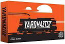 発売日 2015/02/27 メーカー ホビージャパン/Crash?Games 型番 - JAN 0091037938534 備考 商品解説■日本語訳付き『ヤードマスター』とは、鉄道の操車場の鉄道員のことです。例えば鉄道貨物で直行列車が無い場合、操車場(ヤード)で目的地への列車を組み替えて中継する必要がありました。プレイヤーはこのヤードマスターとなり、鉄道を滞りなく運行することになります。このゲームは2〜5人用の、さまざまな貨物を積んだ列車を編成するカードゲームです。貨車には搭載している荷物の種類と価値があり、編成をする場合には同じ価値か同じ種類の車輌としか連結できません。そのため、不要な車輌を引いてしまった場合、編成するまで操車場の待避所で待機させなくてはなりません。プレイヤーが最初に手にしているのは5枚の車輌カードで、場札として4枚の車輌カードが到着車輌として並べられます。各プレイヤーは1枚の編成トークンを持っており、編成トークンはそれぞれ貨載する荷物に対応して5種類あります。開始プレイヤーの右隣りの人が「ヤードマスター」トークンを持ってゲームを開始します。毎ターン、プレイヤーはアクションを2回行います。行えるアクションは、貨物カードを1枚、山札から引くか捨て札置場(今まさに混雑している待機場)から引く、同じ色の貨物を捨て札にして貨車カードを獲得する、手元の編成トークンを他のプレイヤーと交換する、などです。このように操車場の貨物車に指示を出すかのように、手札をマネジメントして貨物列車を編成し、得点していくことになります。アートワークが美しい、プレイ時間も短めのカードゲームです。■ゲーム概略■プレイ人数:2〜5人プレイ時間:約20分対象年齢:13歳以上デザイナー:Steven Aramini<内容物>貨物車カード 50枚(石炭・家畜・石油・木材・自動車 各10枚)積荷カード 70枚(石炭・家畜・石油・木材・自動車 各12枚 / ボーナス 10枚)機関車カード 5枚トークン 6枚(交換比率 5枚・ヤードマスター 1枚)取扱説明書(英語/日本語) 各1部 関連商品はこちらから ホビージャパン/Crash?Games