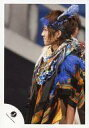 【中古】生写真(ジャニーズ)/アイドル/ジャニーズJr. ジャニーズJr./安井謙太郎/ライブフォト 上半身 衣装黒青オレンジ 目線左 体左向き/公式生写真